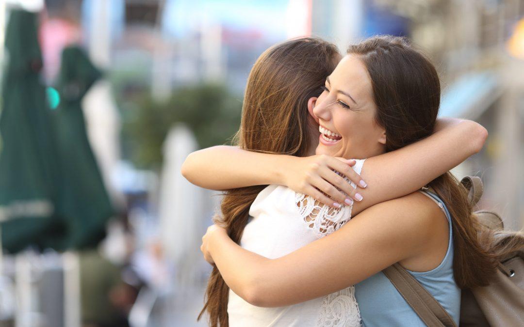 """هنگامی که ما کسی را بغل می کنیم ، یا در آغوش می گیریم ، یا دست یکدیگر را می گیریم - بدن ما هورمون های """"احساس خوبی"""" آزاد می کند. این هورمون ها شامل اکسی توسین ، دوپامین و سروتونین هستند."""